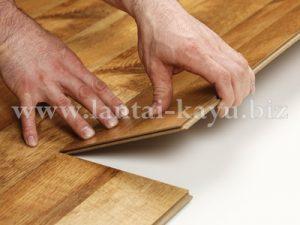 Pemasangan lantai kayu