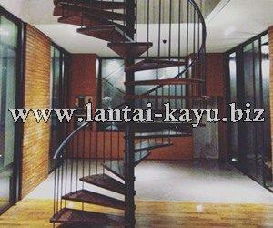 Desain Interior Lantai Kayu dan Tangga Kayu